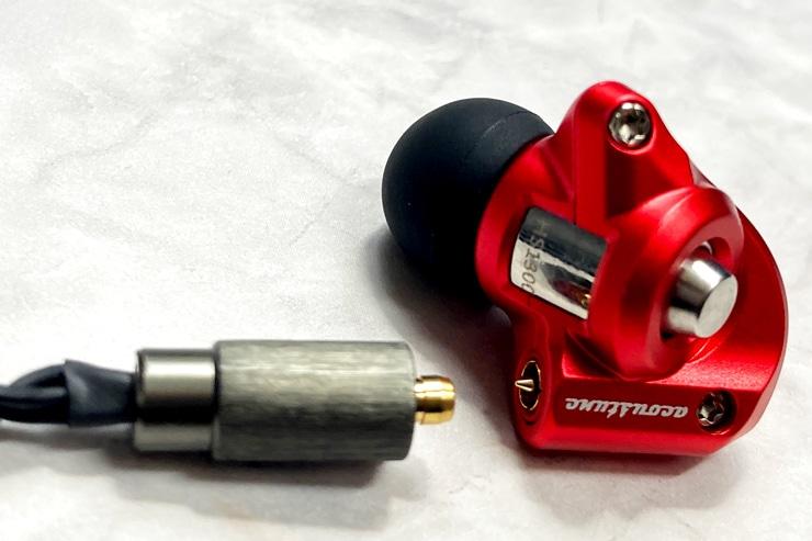 イヤホン側からピンが出ているのがPentaconn Earコネクタの特徴です。